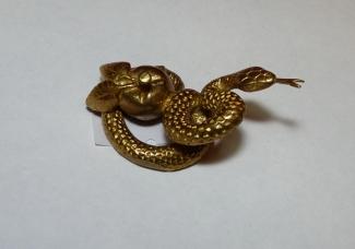 Змей с яблоком