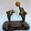 Дельфины с мячом из янтаря